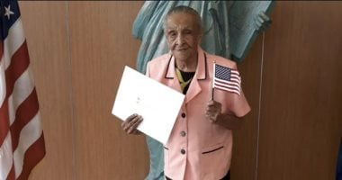 An old woman in her 103-year-old acquires US citizenship