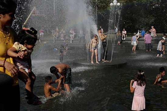 Pictures: US citizens rushed to the water fountains to escape from heat wave