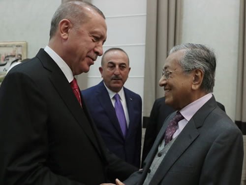 Erdogan shocks media with his unscheduled arrival at the airport to receive Malaysian PM