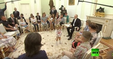 Video: Minor dancing girl gets the attention of Russian President
