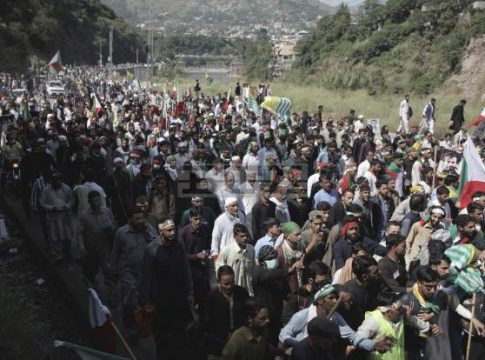Thousands in Pakistan march towards the Line of Control in Kashmir